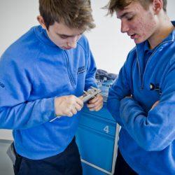 Studenti učiliště ve Valašských Kloboukách sestaví nákladní automobil