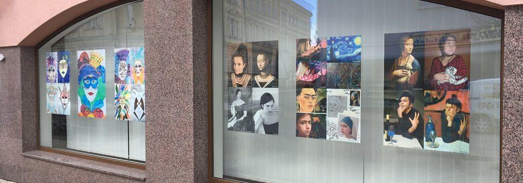 Práce žáků ZUŠ Bystřice pod Hostýnem zdobí okna bývalé pobočky Komerční banky