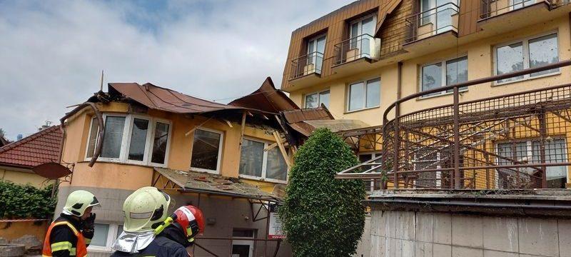 Střecha internátu SOŠ Luhačovice poškozená vichřicí bude do konce srpna opravena